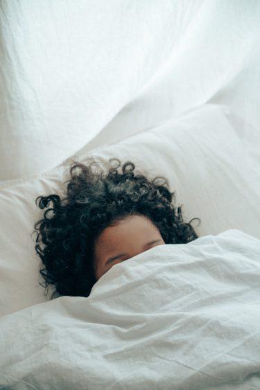 睡眠中に夢をみないで熟睡するために